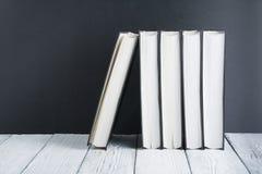 Il libro aperto, il nero, Whitel prenota sulla tavola di legno, fondo del bordo del nero Di nuovo al banco Concetto di affari di  Immagini Stock