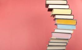 Il libro aperto, impilante, libro con copertina rigida prenota sulla tavola e sul fondo di legno Di nuovo al banco Copi lo spazio Fotografie Stock