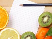 Il Libro Bianco con il bordo della frutta e si corregge Fotografie Stock