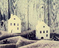 Il Libro Bianco di Natale alloggia con le pigne su tessuto di tela grigio contro lo sfondo di un bordo bianco anziano Immagine Stock
