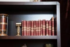 Il libro classico Insieme dei libri d'annata nell'ordine Struttura del libro ad istruzione Fotografia Stock