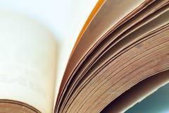 Il libro d'annata impagina il primo piano immagine stock
