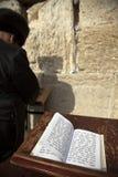 Libro dei salmo alla parete lamentantesi Fotografia Stock Libera da Diritti