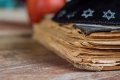 Il libro di preghiera ebraico ebreo sulla sinagoga con kippah immagine stock libera da diritti