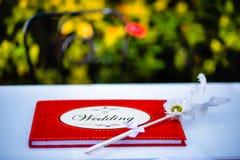 Il libro rosso di congettura di nozze con la penna d'annata Fotografia Stock Libera da Diritti