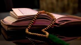 Il libro sacro delle mani di Corano dei musulmani tiene il koran immagine stock