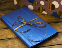 Il libro in un contenitore di regalo Fotografia Stock Libera da Diritti