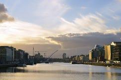 Il liffey del fiume, al centro della città di Dublino, l'Irlanda fotografia stock