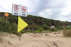 Il limite di velocità e le navi hanno proibito i segni ad una spiaggia della spuma Immagine Stock