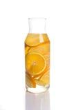 Il limone e l'arancia hanno infuso l'acqua in un decantatore Fotografie Stock Libere da Diritti