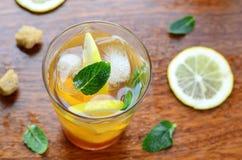 Il limone ha ghiacciato il tè con la menta fotografia stock libera da diritti