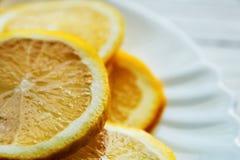 Il limone suona, ambiti di provenienza del limone del primo piano su un piatto bianco Fotografie Stock Libere da Diritti