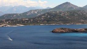 Il litorale soleggiato della Corsica vicino a Calvi stock footage