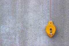 Il livello della costruzione ? giallo Muro di cemento Strumenti per la costruzione della casa fotografia stock