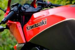 Il LOGO del motociclo di Kawasaki GPZ 900 dal film di Top Gun ha fotografato all'aperto nel parco Immagini Stock Libere da Diritti