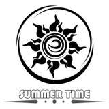 Il logo del sole con testo Fotografie Stock Libere da Diritti