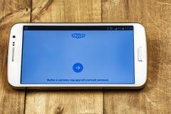 Il logo della pagina iniziale dell'applicazione libera di Skype è aperto sullo schermo del ` s dello smartphone Fotografia Stock Libera da Diritti