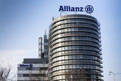 Il logo di assicurazione e finanziario del gruppo dell'Allianz sulla costruzione dell'Allianz ceco acquartiera Fotografie Stock