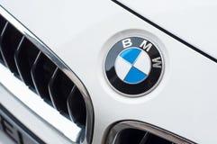 Il logo di BMW sull'automobile bianca, BMW è una società multinazionale di marca tedesca che attualmente produce automobilistico fotografia stock libera da diritti