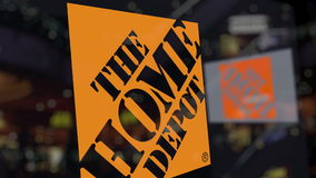 Il logo di Home Depot sul vetro contro il centro di affari vago Rappresentazione editoriale 3D Fotografie Stock