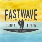 Il logo praticante il surfing, etichetta o badge a disposizione il fondo disegnato dell'acquerello nello stile d'annata Immagine Stock
