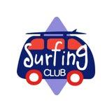 Il logo praticante il surfing del club, il retro distintivo per la scuola della spuma, il resto della spiaggia, sport acquatici d illustrazione vettoriale