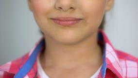 Il lollypop della tenuta della bambina, il concetto di cure odontoiatriche, lo zucchero causa la carie, il diabete video d archivio