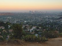 Il Los inclina la città al tramonto con la priorità alta della collina, la California, U.S.A. Fotografie Stock Libere da Diritti