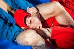 Il lottatore dell'uomo fa la presentazione che lotta Fotografia Stock