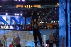 Il lottatore di Roman Reigns sta sul tenditore a vite superiore con le armi in Fotografie Stock