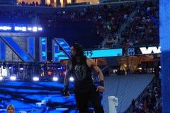 Il lottatore di Roman Reigns sta sul tenditore a vite superiore prima dell'inizio della c Fotografia Stock