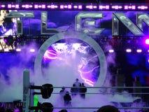 Il lottatore di WWE l'impresario fornisce l'intestazione dell'arena verso il rin Immagini Stock Libere da Diritti
