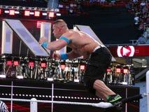 Il lottatore John Cena di WWE salta giù il tenditore a vite superiore Fotografia Stock