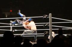 Il lottatore Seth Rollins di WWE fa il driver di michinoku sugli stili AJ dentro Fotografie Stock