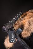 il lotto dei cappotti neri, rivestimento con pelliccia sui vestiti d'attaccatura del cappuccio tormenta Fondo Iscrizione di vendi Fotografie Stock
