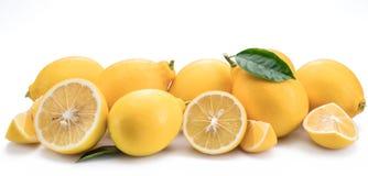 Il lotto del limone fruttifica con la foglia del limone isolata Foto orizzontale Immagini Stock
