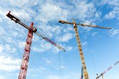Il lotto di alte gru a torre lavora alla costruzione di nuovo buildin Fotografie Stock Libere da Diritti