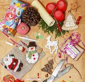 Il lotto di roba per i regali fatti a mano, forbici, nastro, carta con il modello della campagna, aspetta per il concetto di fest Fotografie Stock Libere da Diritti