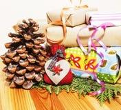 Il lotto di roba per i regali fatti a mano, forbici, nastro, carta con il modello della campagna, aspetta per il concetto di fest Immagine Stock