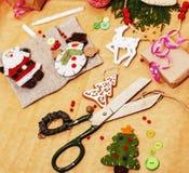 Il lotto di roba per i regali fatti a mano, forbici, nastro, carta con il modello della campagna, aspetta per il concetto di fest immagine stock libera da diritti
