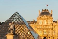 Il Louvre, piramide, Pavillon si macchia e statua II di Luigi XIV a Parigi, Francia Fotografia Stock