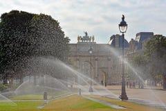 Il Louvre su una sera calda di estate con gli spruzzatori dell'acqua Fotografia Stock