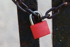 Il lucchetto e la catena rossi Fotografie Stock