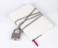 Il lucchetto protegge il libro in un concetto sopra protegge il segreto inf Fotografie Stock