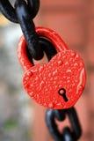 Il lucchetto rosso chiuso Fotografie Stock Libere da Diritti