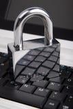 Il lucchetto sulla tastiera del computer portatile Fotografia Stock