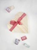 Il lukum con un cuore ha modellato il contenitore di regalo legato con un rosso Immagini Stock Libere da Diritti