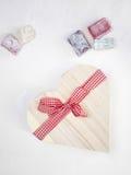 Il lukum con un cuore ha modellato il contenitore di regalo legato con un rosso Fotografia Stock Libera da Diritti
