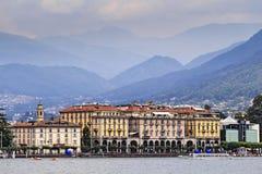 Il lungomare di Lugano alloggia le montagne Fotografia Stock