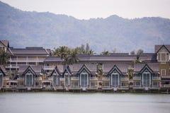 Il lusso alloggia il villaggio del cottage sulla riva del lago Immagini Stock